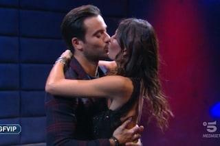 """Elisabetta Gregoraci lascia il GF Vip ma prima bacia Pierpaolo Pretelli: """"Il nostro unico bacio"""""""