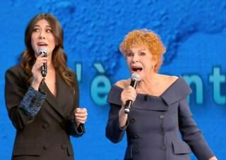 """Ornella Vanoni e Virginia Raffaele, il momento karaoke in diretta: """"Sei una disgraziata"""""""