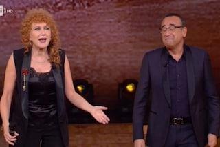 """Carlo Conti e lo scherzo sul palco a Fiorella Mannoia: """"Puoi andare adesso, continuo io"""""""