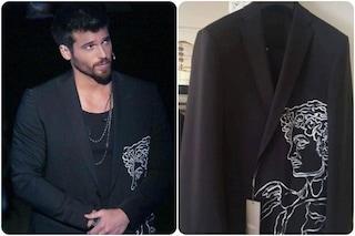 Can Yaman regala la giacca a C'è posta per te, chi è lo stilista speciale che gliel'ha disegnata