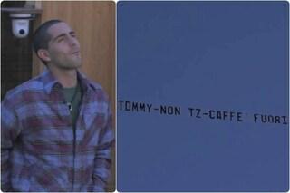 """""""Tommy, caffè fuori?"""", aereo per Zorzi che pensa subito a un cantante molto famoso"""