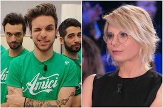 """Alessio Bernabei sui Dear Jack: """"Mi stavano sul caz**"""", poi svela il gesto di Maria De Filippi"""