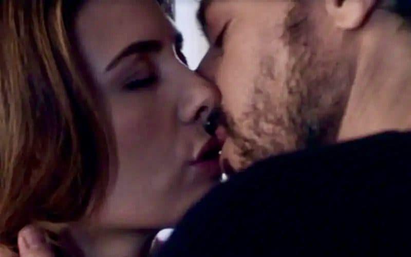 Il bacio tra Mina e Domenico