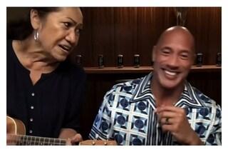 La simpatia della mamma di Dwayne Johnson: interrompe l'intervista e suona l'ukulele col figlio