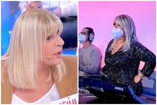 Uomini e Donne: Tina Cipollari manomette il microfono a Gemma Galgani, risate in studio