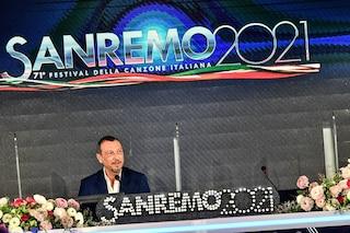"""Sanremo 2021, Amadeus in conferenza stampa: """"In finale daremo i bouquet di fiori anche agli uomini"""""""