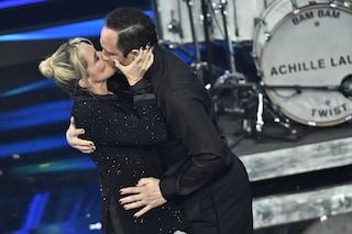 Il bacio di Claudio Santamaria e Francesca Barra a Sanremo è la normalità di cui abbiamo bisogno