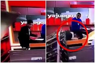 Crolla maxi schermo su un giornalista sportivo: il video choc dell'incidente in studio