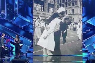 La vera storia del bacio a Times Square, la foto voluta da Matilda De Angelis a Sanremo 2021