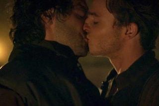 Leonardo e la storia del bacio gay nella serie tv: anche nella realtà fu arrestato per sodomia