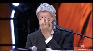Claudio Baglioni si sacrifica per Pio e Amedeo, accetta anche lo smalto stile Maneskin