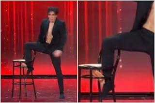 Amici 20 sesta puntata, inconveniente in scena per il ballerino Alessandro che spacca una sedia