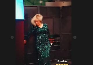 Tina Cipollari cade a Uomini e Donne, Gianni Sperti pubblica il video