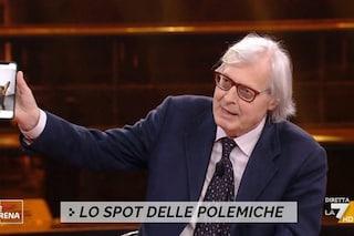 """Vittorio Sgarbi mostra una foto di una ragazza nuda: """"Da un anno lei mi manda queste cose"""""""