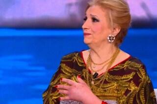 """Isola dei Famosi, Iva Zanicchi lascia lo studio con una mano gonfia: """"Voglio andare a casa"""""""