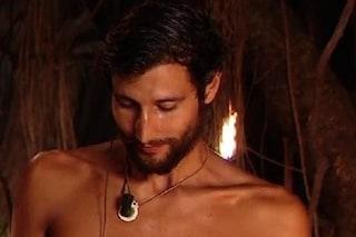 Il clistere a Gianmarco Onestini va in onda in tv, il video imbarazzante di Supervivientes