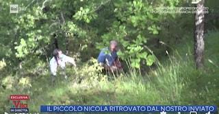 Il momento in cui il giornalista de La vita in diretta ritrova Nicola Tanturli nel bosco: il video