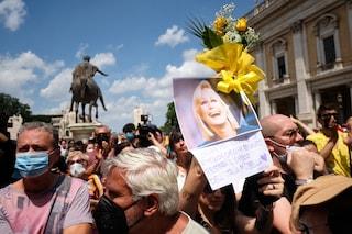 """La bara di Raffaella Carrà lascia la chiesa e la folla intona """"A far l'amore comincia tu"""""""