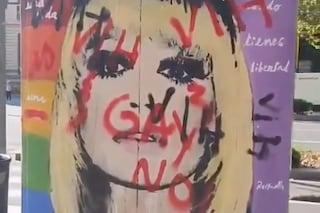 """""""No ai Gay"""", quegli insulti sul murales di Raffaella Carrà a Barcelona che fanno male"""