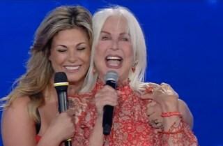 Loretta Goggi commossa sul palco, è festa per i 40 anni di Maledetta Primavera