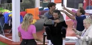 Grande Fratello Vip, il gesto di Alex Belli che fa ballare Manuel Bortuzzo prendendo sulle spalle