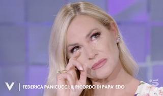 """Federica Panicucci ricorda tra le lacrime suo padre: """"Nei suoi ultimi istanti era abbracciato a me"""""""