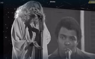Deborah Johnson canta in un duetto virtuale con suo padre Wess interpretando Dori Ghezzi