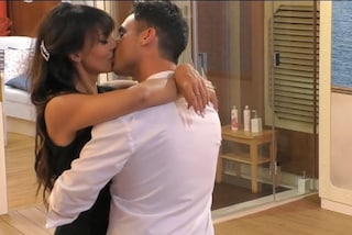 """GF Vip, primo bacio tra Miriana Trevisan e Nicola Pisu sotto le coperte: """"Non lo diciamo a nessuno"""""""