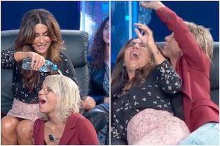 "Sabrina Ferilli svuota una bottiglia d'acqua in testa a Maria De Filippi: ""La regina è bagnata"""