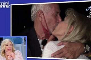 """Uomini e Donne, il bacio appassionato tra Gemma Galgani e Costabile, Tina Cipollari: """"Mi fa senso"""""""