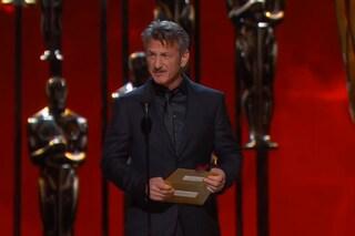 """Sean Penn premia Inarritu: """"Chi ha dato la green card a questo figlio di puttana?"""""""
