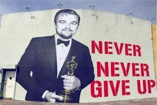 Un poster gigante di DiCaprio con l'Oscar, a Los Angeles l'omaggio all'attore