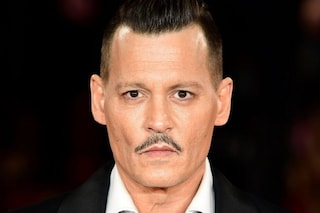 Guai per Johnny Depp, il nuovo film ritirato a un mese dall'uscita. E Jack Sparrow è a rischio