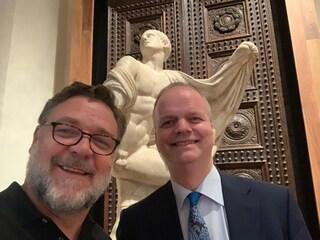 Russell Crowe agli Uffizi di Firenze, il Gladiatore incantato dalle opere d'arte