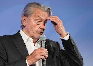 """Alain Delon ricoverato in ospedale, malore improvviso per l'attore: """"Forte mal di testa"""""""