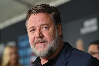 """Russell Crowe grasso, il gladiatore è irriconoscibile sul set di """"Unhinged"""""""