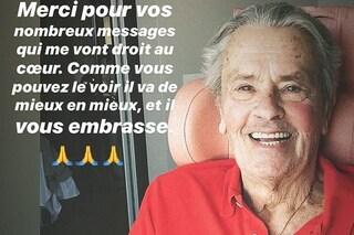 """La foto di Alain Delon dopo l'ictus, la figlia Anoucka: """"È stato fortunato, si rimetterà presto"""""""