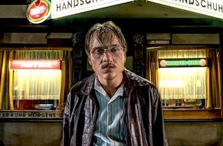 """Jonas Dassler è """"Il Mostro di St. Pauli"""" nel film di Fatih Akin sul serial killer Fritz Honka"""