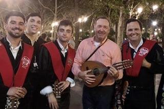 """Kevin Spacey per le strade di Siviglia, canta e balla """"La Bamba"""""""