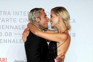 Chiara Ferragni e Fedez a Venezia 76, baci e abbracci sul red carpet