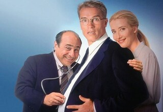 """25 anni fa usciva Junior, la surreale commedia di Ivan Reitman con Arnold Schwarzenegger """"incinto"""""""