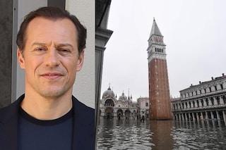 """Stefano Accorsi a Venezia per girare un film: """"Siamo con l'acqua all'inguine, impressionante"""""""