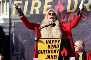 """Jane Fonda: """"Compierò 82 anni in carcere"""", l'attrice è stata arrestata di nuovo a Washington"""