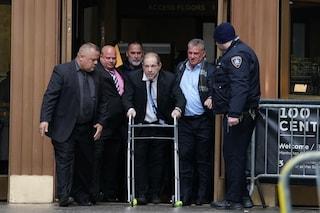 Harvey Weinstein in tribunale con il girello, vicino al patteggiamento per 25 milioni di dollari