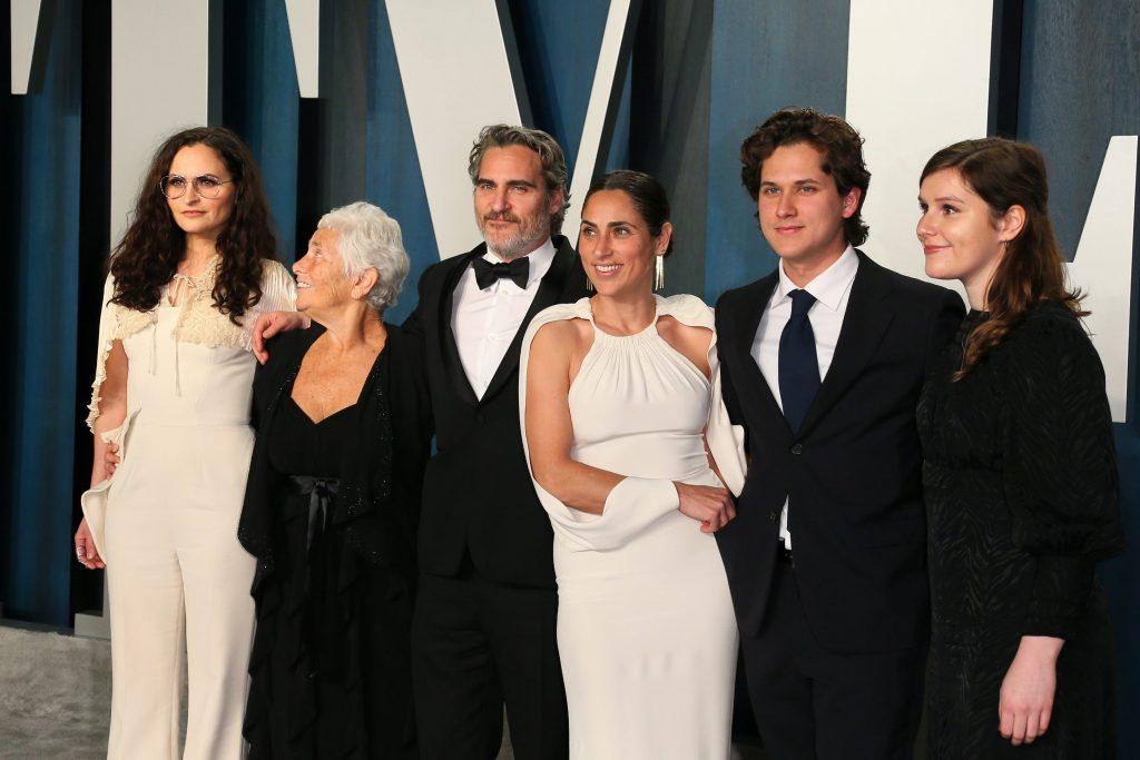 Oscar 2020: a destra di Joaquin Phenix la sorella Rain e la madre Arlyn Phoenix, a sinistra dell'attore la sorella Summer
