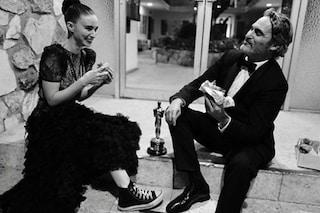 Joaquin Phoenix vince l'Oscar e festeggia in un fast food vegano con Rooney Mara