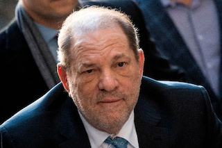 """Harvey Weinstein ricoverato in ospedale dopo la condanna a 23 anni di carcere: """"Dolori al petto"""""""