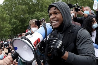 """John Boyega infiamma la folla alla protesta per George Floyd: """"Mi rovinerò la carriera, non importa"""""""