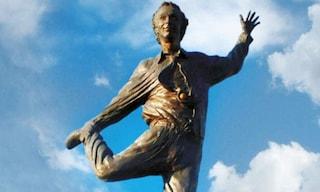 Imbrattata con della vernice rossa la statua di Roberto Benigni nel suo paese natale