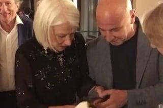 """Helen Mirren smacchia la giacca di Aldo Baglio: """"Mi ha salvato la vita"""", il video dai Premi Flaiano"""